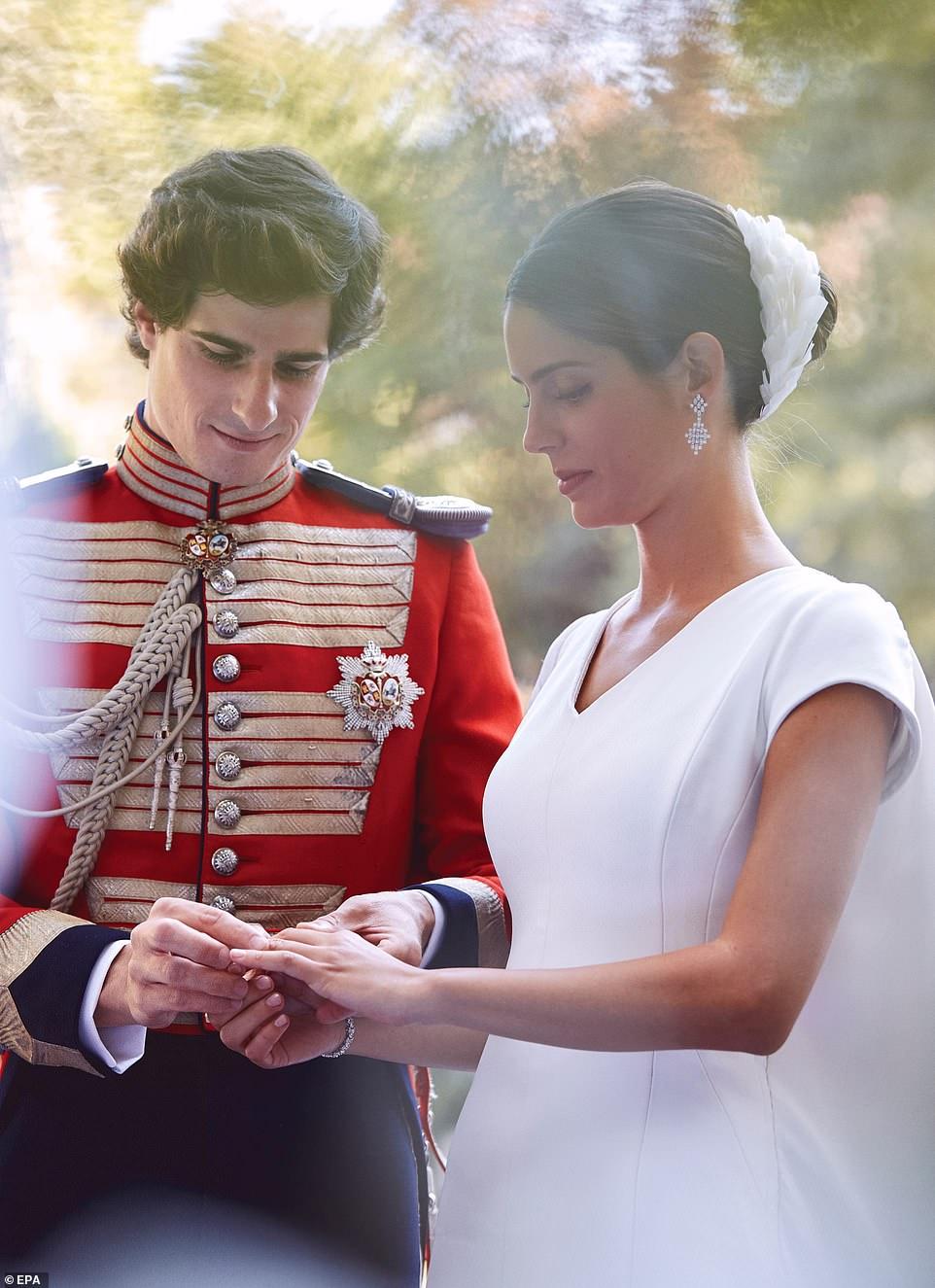 4879916-6255699-The_Duke_of_Huescar_married_his_pride_Sofia_Palazuelo_at_a_lavis-a-53_1539077513902