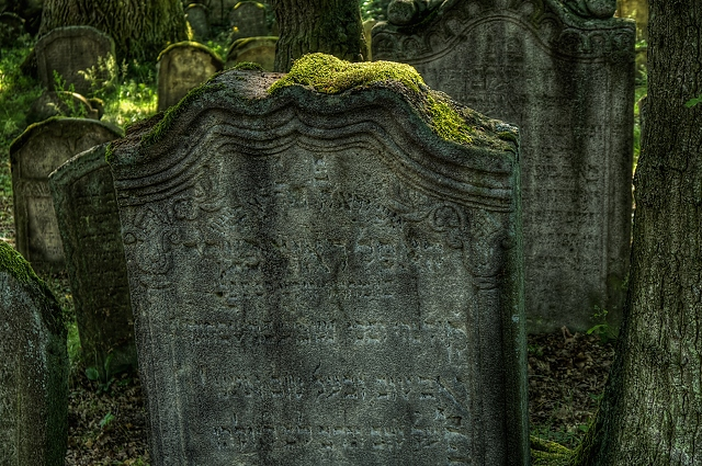 the-old-gravestone-with-moss-4565x3032_68719