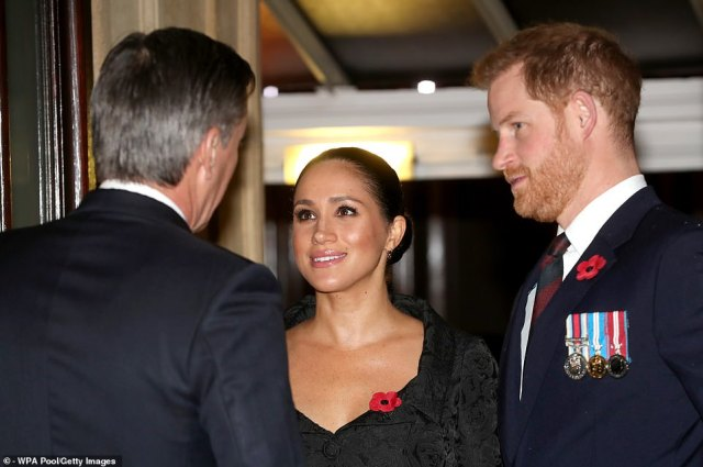 20806470-7668377-The_Duchess_of_Sussex_and_her_husband_Prince_Harry_are_greeted_a-a-31_1573355399868